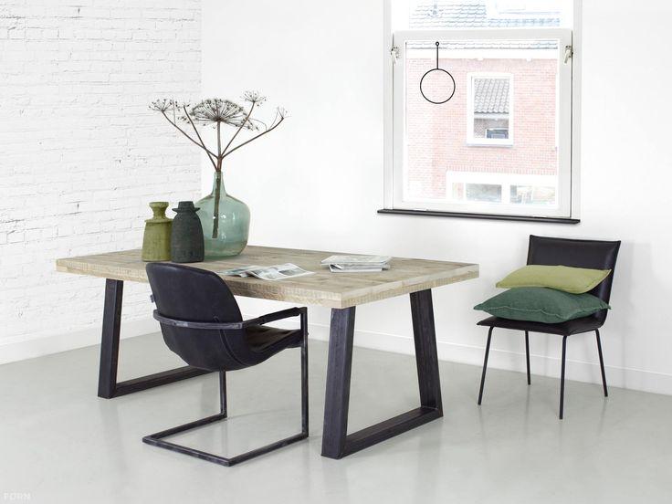 Industriële tafel met trapeze poten op maat gemaakt. Nergens heb je zoveel maatwerkkeuze voor jouw industriële tafel met trapeze poten van FØRN.