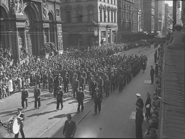 Anzac Day March on the 25 April 1944. On the corner of George and Wynard Streets. Mitchell Library, State Library of New South Wales : http://www.acmssearch.sl.nsw.gov.au/search/itemDetailPaged.cgi?itemID=29859