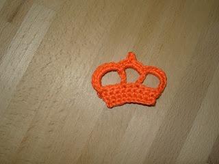 Een kroontje gehaakt naar het patroon van de haakbrigade.nl Leuk als speldje of op een rood/wit/blauwe haarband