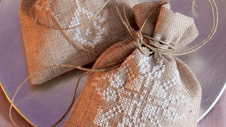 Traditionelle Stickmuster in zartem Weiss passen gut auf den groben Stoff der Jutesäckchen. Eine feine Verpackung für Süssigkeiten aller Art.