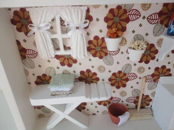 quadro cenário de lavanderia, com tecido no fundo e peças em resina e mdf.