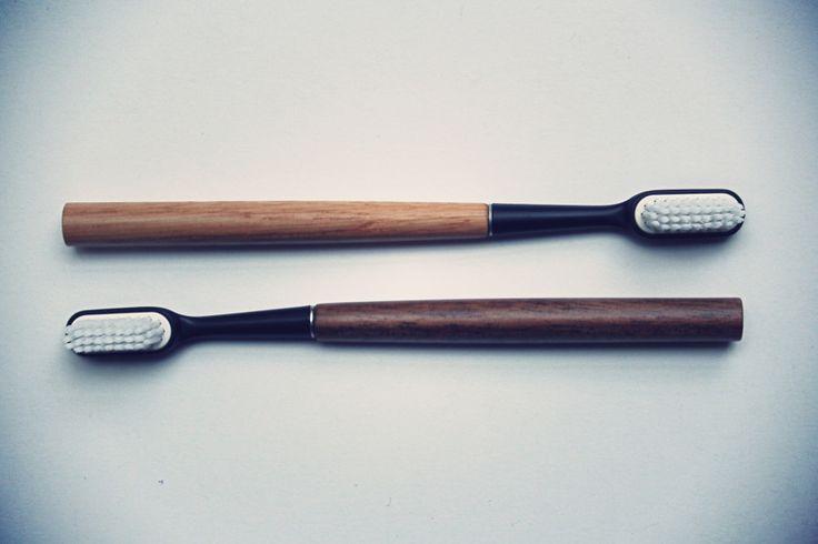 L'Officine est heureuse de présenter les brosses à dents les plus chics du monde, fabriquées en France. Durables, leur manche de bois, en chêne ou en noyer, se conserve indéfiniment. Il accueille une tête de brosse en poils nylon pour le brossage. Une fois usée, elle peut être aisément remplacée par une tête neuve sans qu'il soit besoin de jeter la brosse avec. Moins de plastique, n'est-ce pas fantastique ? Buly approuve.