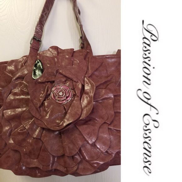 SALE❗️Hobo Fashion Handbag This bag is very detail, it has a large rose in the middle with a back zipper, top zipper 3 component inside with a cell phone holder. NEW Bags Hobos