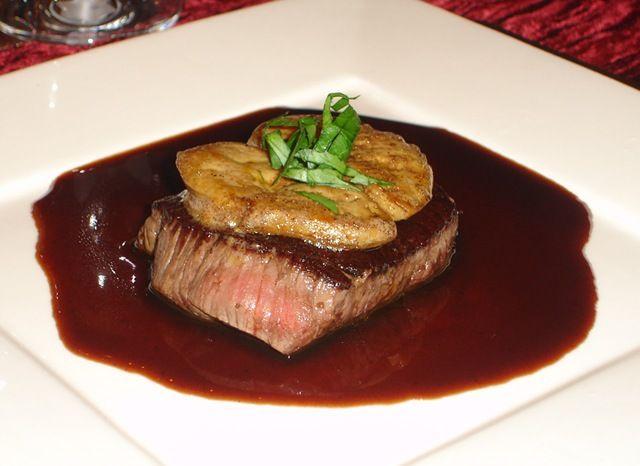 Un classique parmi les classiques : du filet de bœuf et du foie gras poêlé accompagnés d'une sauce au madère. Elle est légère car préparée sans crème et sans beurre, juste une réduction de madère et de fond de veau.