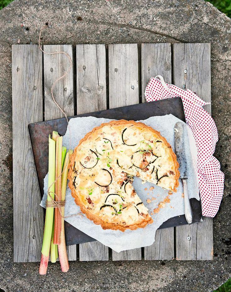 Savoury pie with rhubarb and bacon // www.maku.fi