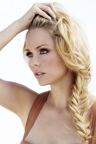 I love love love Laura Vandervoort, and she has the most beautiful hair!