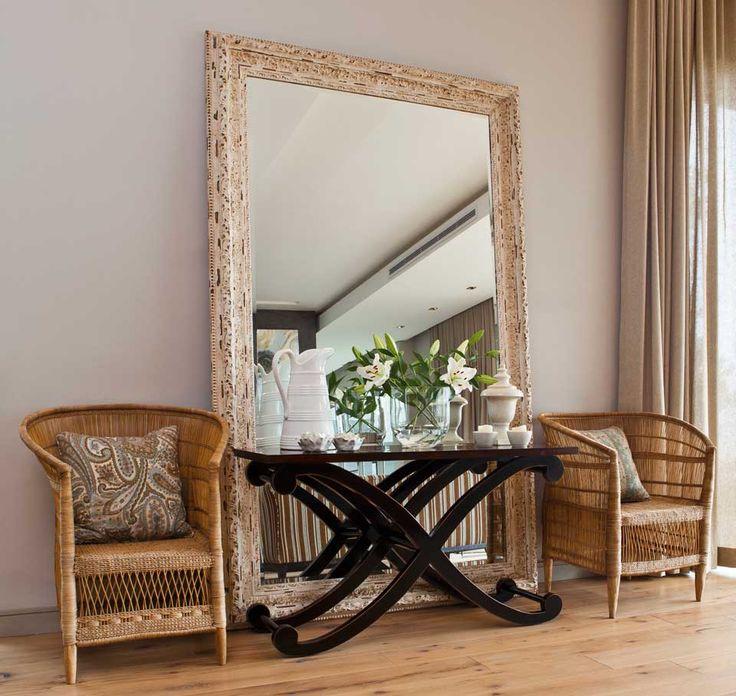 Plus votre miroir sera grand, plus l'effet sera réussi – c'est aussi vrai pour les petites pièces