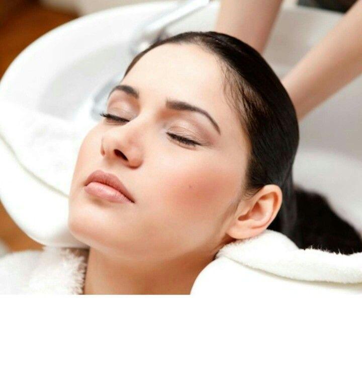 Tutto parte dallo shampoo, il vostro benessere, il vostro rilassamento e il risultato di una buona piega. Shampoo specifico per ogni tipo di cute e capelli, trattamenti intensivi con oli pregiati e maschere idratanti. A noi piace prenderci cura di voi, vieni a trovarci per provare anche  tu questa piacevole sensazione di benessere, siamo a palese via macchie 15 tel 080 5303360 #giuseppetedescoparrucchieri #palese #bari #degradejoelle