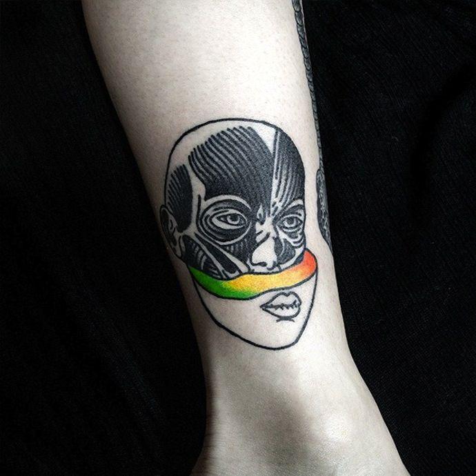 Dase Roman Sherbakov est ukrainien et il fait des tatouages du côté de Kiev.