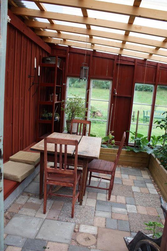 Min mamma har börjat prata om att byta fönster i sitt hus och nu har jag börjat drömma om växthus.  Det här står i Nittsjö i Dalarna.