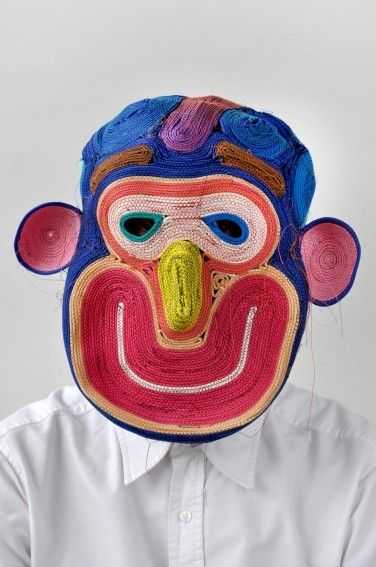 Studio Bertjan Pot-1975.Geboren in Nieuwleusen. In 1998 afgestudeerd aan de Design Academy Eindhoven. Productdesigner gebasseerd op interieur. Door te experimenteren met touw aan elkaar vast te naaien oorspronkelijk om een tapijt te realiseren begon het materiaal te vervormen en bleef niet plat. Zo is het idee ontstaan voor deze maskers. Elk touw geeft een andere vorm aan en is daardoor eindeloos. De vrolijkheid van deze maskers spreekt voor zich. Deze bewerking van materialevind ik…