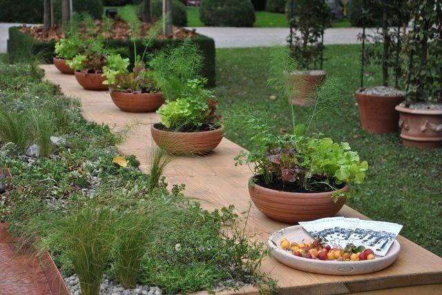 Salad bowls, edible berries and living tablecloth at Desco al Fresco, Orticolario 2013 Garden Show (Cernobbio, Italy). Design: Anna Piussi