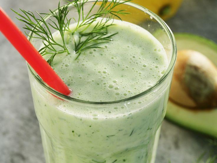 Gurken-Smoothie mit Avocado - smarter - Zeit: 20 Min.   eatsmarter.de Yummy, diesen Smoothie könnten wir jeden Tag trinken.