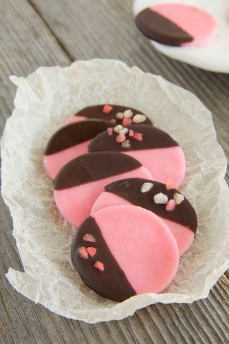 Печеньки без выпечки, похожие на мастику, которыми можно украшать торты