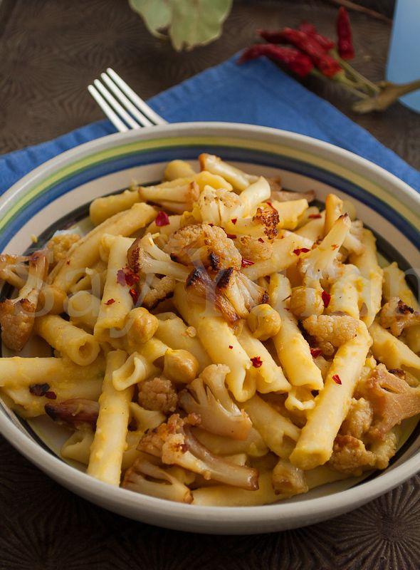 La pasta e cavolfiore con crema di ceci è un primo vegetariano preparato con cimette di cavolfiore e condite con una semplice crema di ceci.