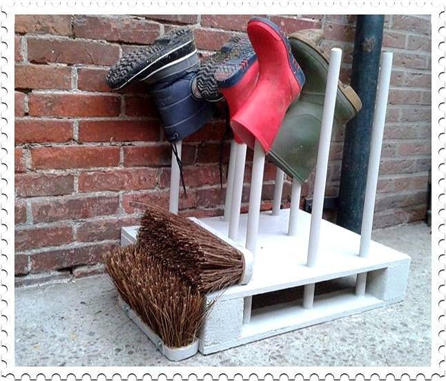 Laarzenrek van pallet met bezems van de action. Gezien op fanpagina voor de action op facebook.