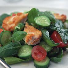 Χορταστική σαλάτα με ολόκληρες μπουκιές κοτόπουλου, μπόλικη πρασινάδα και ένα ενδιαφέρον τυρί που σπάει την μονοτονία
