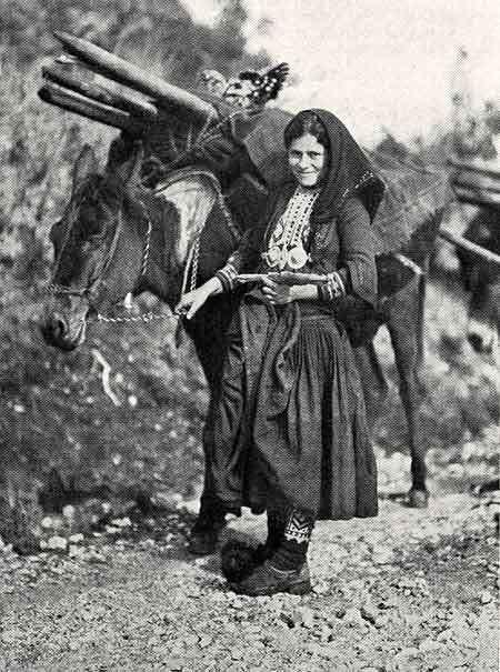 Epirus-Zagoria: Nomadin mit zelttragendem Maultier Quelle: National Geographic 12/1930