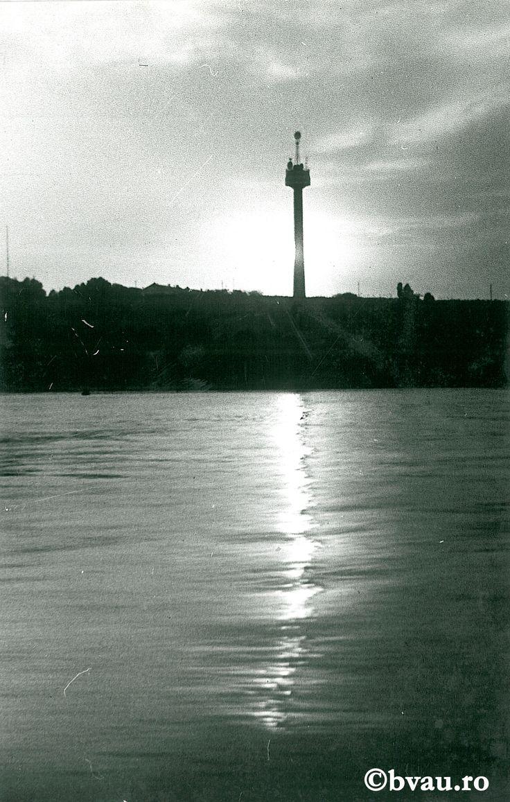 """Galați : Înserare pe Dunăre II : (Turnul Televiziunii) / Năstase Marin .- Galaţi, 1972. Imagine din colecțiile Bibliotecii """"V.A. Urechia"""" Galați."""