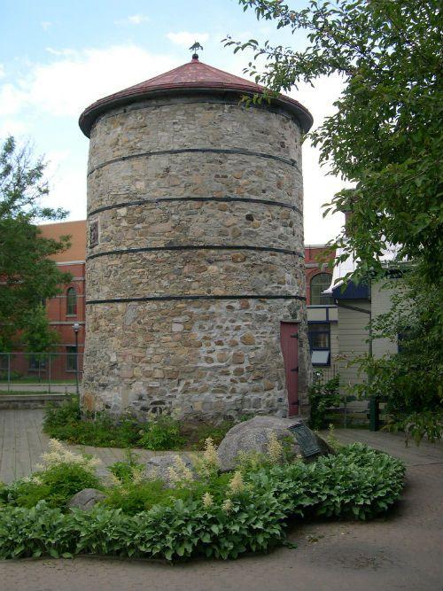 Le moulin à vent de l'Hôpital-Général-de-Québec est un moulin à farine érigé en 1730. En 1805, il est endommagé par un incendie qui le prive de sa toiture. Restauré, il sert aux activités de mouture jusqu'en 1822. En 1862, le moulin est ravagé par un autre incendie. Les Augustines le rétablissent à titre de témoin du système seigneurial. Il est situé dans la ville de Québec. Photo : Marie-Claude Côté 2003 © Ministère de la Culture et des Communications
