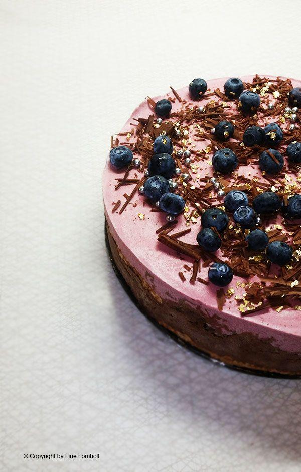 Islagkage med nøddebund, chokolade – & skovbærflødeis