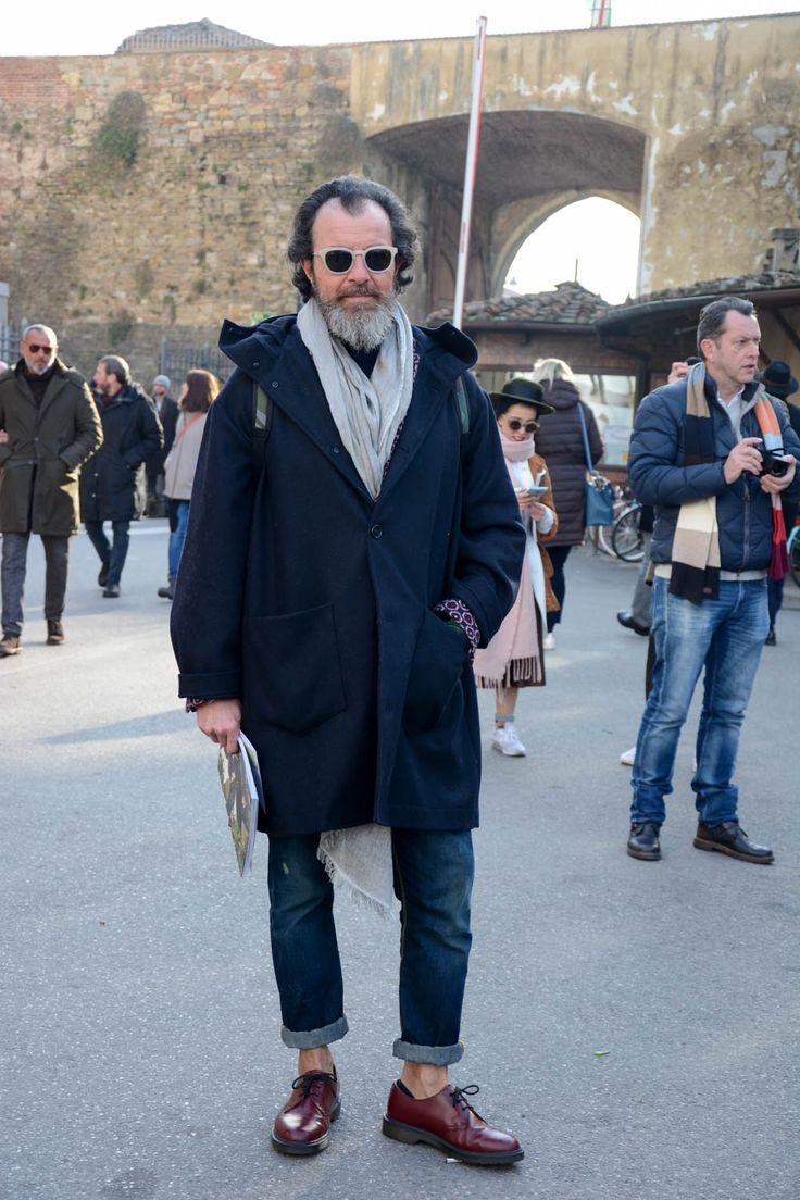 """ピッティウオモといえば、年に2度だけ行われる世界規模のメンズファッションブランド展示会だ。パリやミラノのコレクション会場と違い、ビジネスのために世界各国からファッション業界を牽引するバイヤー達が集う場でもあるため、リアルな最先端のビジネススタイルをチェックできる。今回は、2017年1月に行われた""""ピッティウオモ 91""""にフォーカスして注目の着こなしを紹介! チェック柄コート×ホワイトパンツスタイル ベージュのチェック柄コートにオフホワイトパンツを合わせたソフトな印象のスタイリング。アクセントとして首にグリーンのマフラーをチョイスすることにより、洒脱な雰囲気を漂わせている。 チェスターコート×タートルネックニットコーデ 上襟が切り替えデザインのチェスターコートにベージュのタートルネックを合わせたコーディネート。タートルネックを折り返さずに着ることで、首にボリュームを持たせて立体感のある着こなしに。足元にチョイスしたベルベッドシューズが個性を演出。 デニムオンデニムスタイル…"""