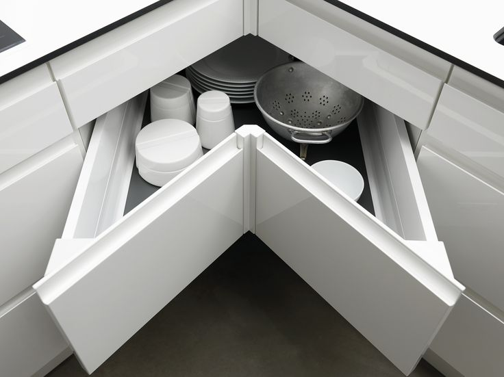 Der gemmer sig masser af god opbevaringsplads rundt omkring i hjørnerne. Med innovative opbevaringsløsninger får du nemt adgang og overblik over hjørneskabet. Se mere på www.jke-design.dk.