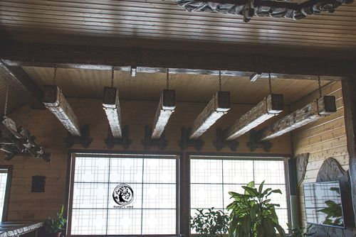 Wooden overhead beams. Деревянные потолочные балки.