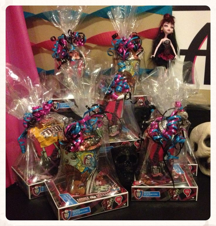 Monster High Party Favors!!    100pc Monster High puzzle, Monster High plastic cup, lots of goodies, wrapped in shrink wrap.  Birthday Party - Loot Bag