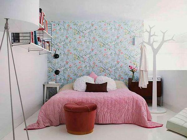 Dormitorio pequeño con papel estampado                                                                                                                                                                                 Más