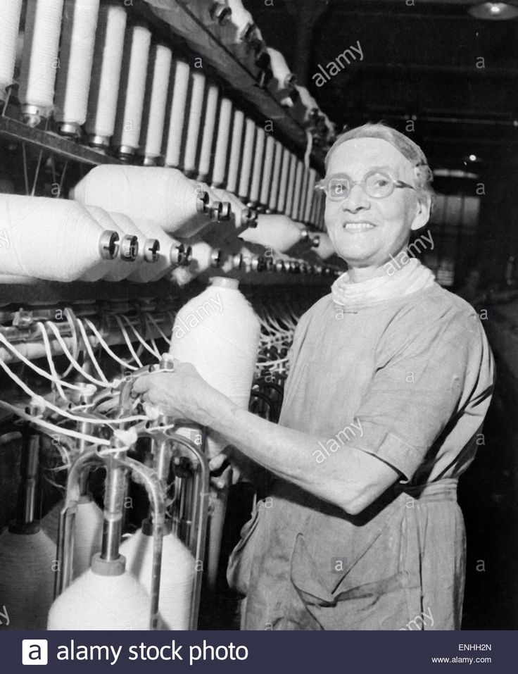 Worker at Regent Cotton Mill owned by the Lancashire Cotton Corporation Limited, in Failsworth, Manchester, Circa 1935. The mill opened in 1906, closing 1958. The Lancashire Cotton Corporation Limited was incorporated 23rd January 1929, and became the wor Stock Photo