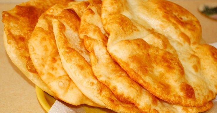Лангош — в переводе с венгерского значит «пламенный». Скорее всего, это превосходноегорячее блюдоназывается так, потому что жарится в кипящем масле и подается со жгучим чесночным соусом. Чаще всег…