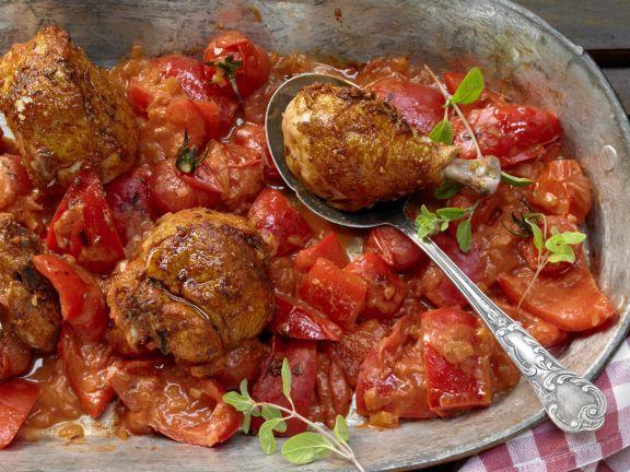 Hähnchen-Paprika-Topf mit würziger Joghurtsauce: Hähnchenfleisch mit frischen Paprika und Paprikapulver ist als herzhaftes Schmorgericht wohltuend.