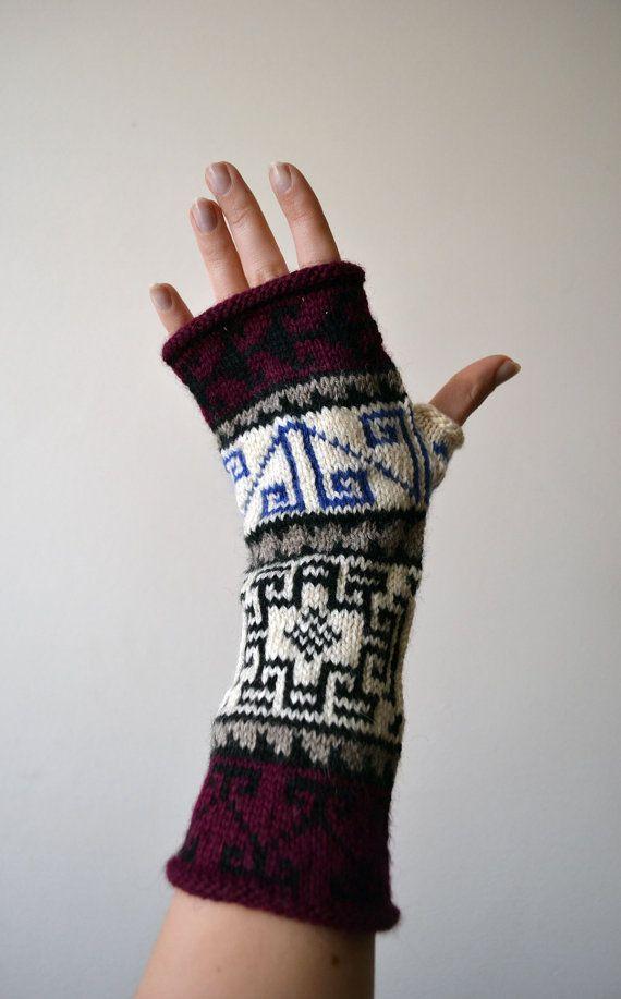 Jai fait ces mitaines colorés naturels avec un motif géométrique. Fils - 65 % laine, 35 % acrylique. Est possibilité prendre les gants vos couleurs souhaitées.  Couleurs : Noir Café brun Beige Bleu clair Violet foncé  Les gants sont très doux et confortable. Ils sont 25cm (9,8 pouces) de longueur et de largeurs de 9 cm (3,5 pouces).   Jutilise quatre construction daiguille pour offrir un produit de qualité sans couture.  Laver à la main sil vous plaît.  Si vous avez des questions, sil vous…
