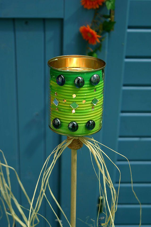 Leere Blechdosen finden sich in jedem Haushalt. Anstatt sie zu entsorgen, kannst du daraus dekorative Laternen für Balkon und Garten zaubern. Wir zeigen Dir wie´s geht!