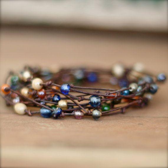 Neu!!! Diese neue FABULOUS Armbänder wickeln um das Handgelenk wickeln 12 Mal! Es kann auch als Halskette getragen werden! Sieht ATEMBERAUBEND gepaart mit unseren anderen Lederarmbänder!!!   {Warum verkaufen wir diese} Wir sind ein Baby aus Taiwan annehmen! Der gesamte Erlös geht auf unsere Annahme!   {Details} * Echt Leder und Glas-Rocailles * Farbe--braun NATURLEDER und verschiedene geformte und gefärbte ROCAILLES * Größe---ca. 2 1/2 YARDS verknotete, wulstige Güte!! Wicklungen um das…