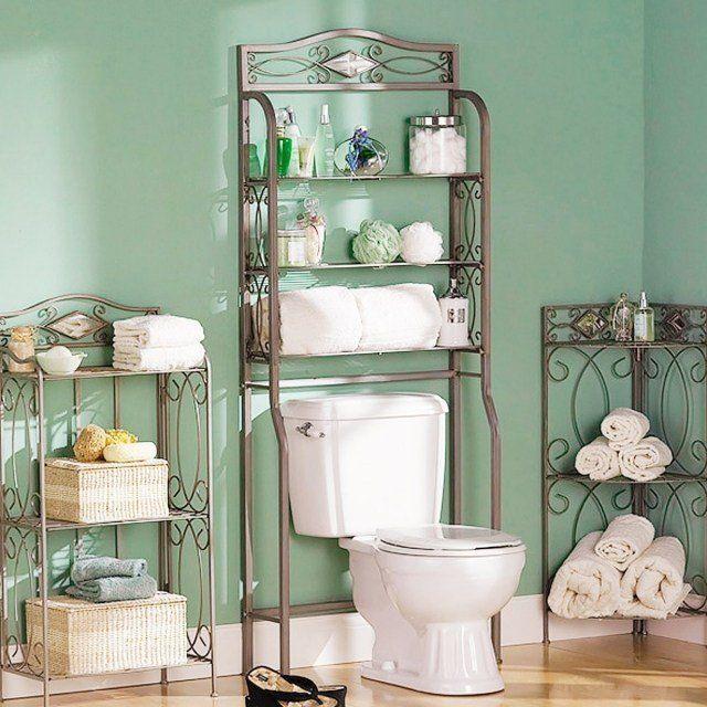 petite salle de bain avec des étagères en métail rangement pratique