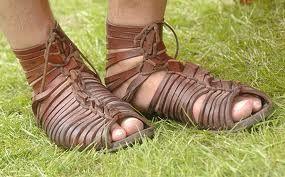 calceus: sandalia mas sofisticada que las cabartinas, utilizadas en la mayor parte de los ciudadanos romanos y prohibida para los esclavos