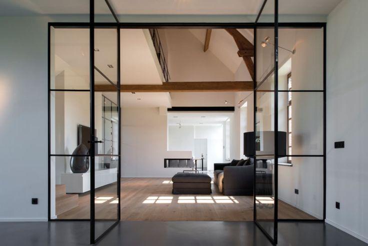 Home Sweet Home » interieur met Taatsdeuren, houten vloer en mooie hoekhaard als roomdivider