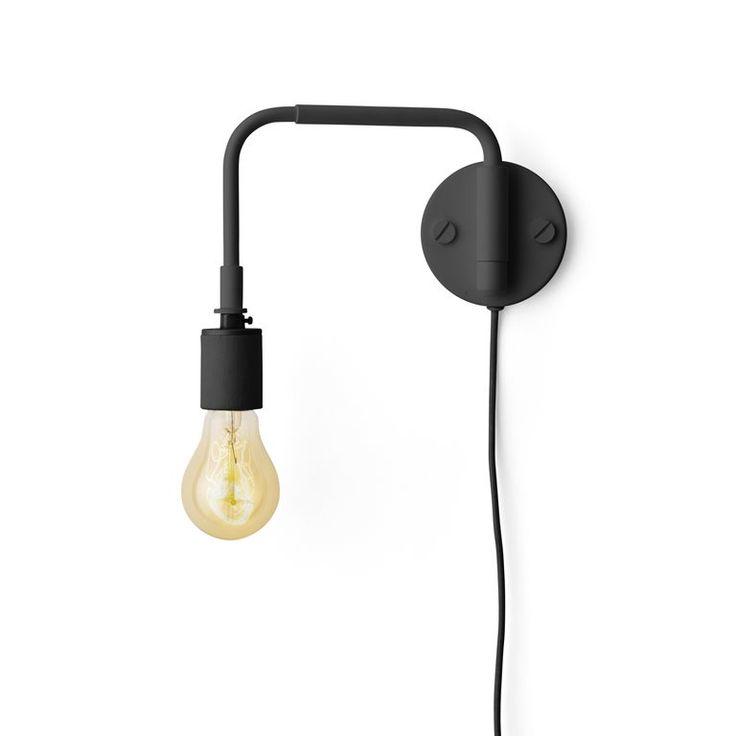 De Menu Tribeca Staple wandlamp heeft een strak minimalistisch design. Hij is eenvoudig aan de muur te bevestigen en geeft veel licht. Hang de lamp in dat donkere hoekje in de woonkamer of geef 'm een ander plekje dat wat extra licht kan gebruiken!