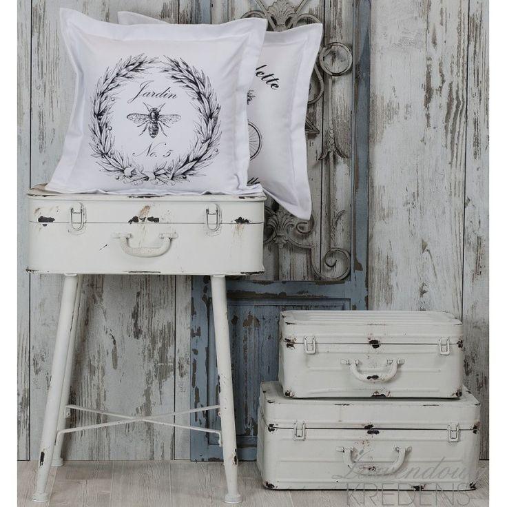 Białe poduszki dekoracyjne polskiej firmy French Home z motywem pszczoły.
