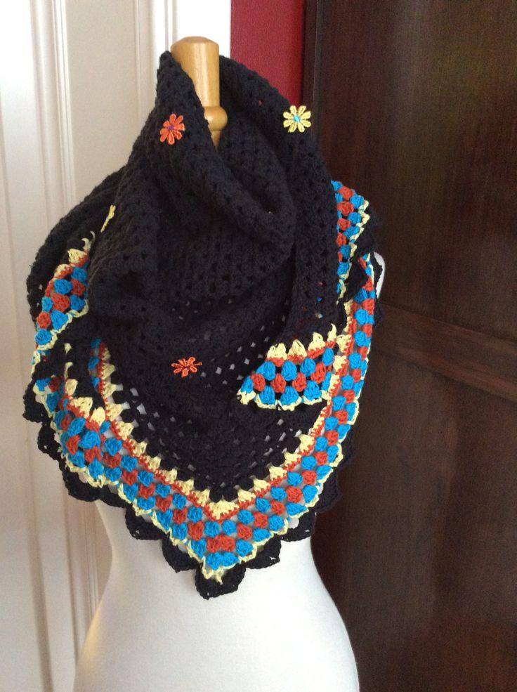 Fraaie zwarte sjaal met fleurige accenten.
