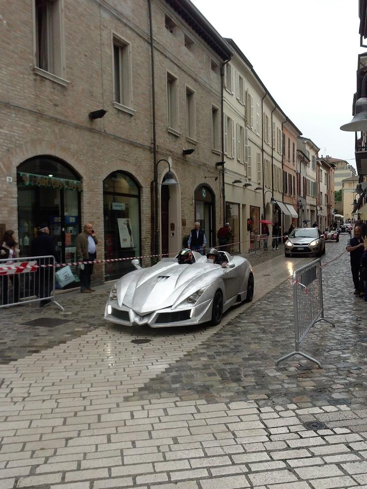 """""""Mille Miglia"""" 422 auto d'epoca in transito nel centro storico di Ravenna"""