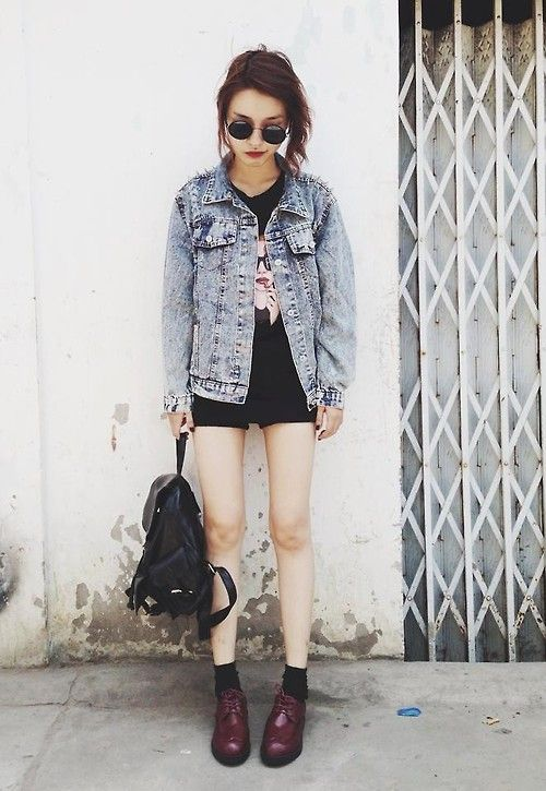 Boots + oversized denim jacket + baggy top + black shorts