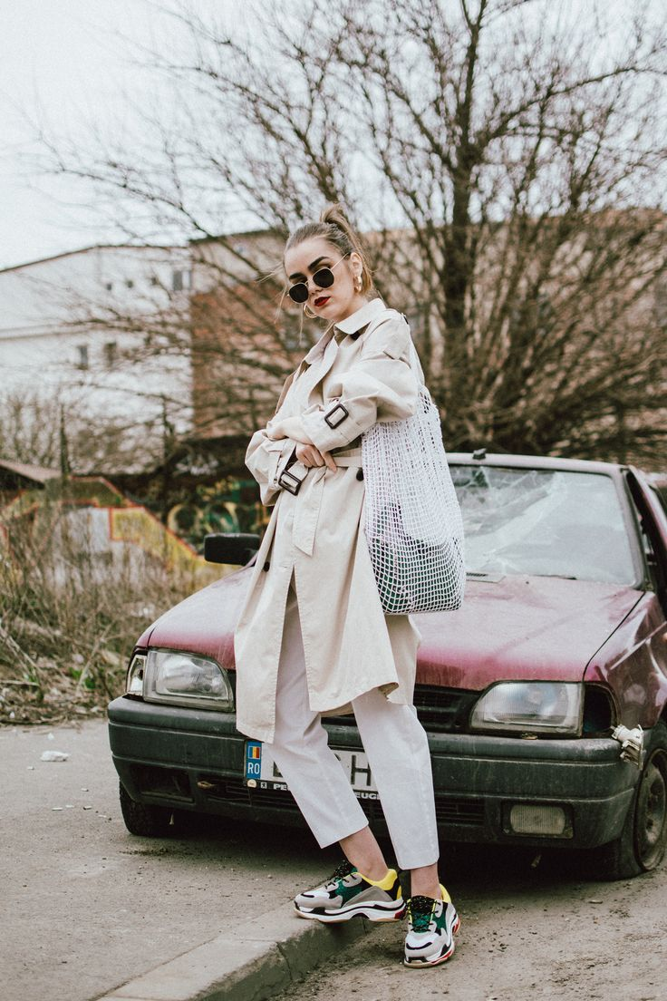 Mango classic beige trench coat, zara white trousers, peg trousers, high waist pants, high waisted trousers in white, belt detail trousers, the popular gucci logo t-shirt, balenciaga inspired triple s sneakers, green saffiano leather prada shoulder bag with studs and stones, green leather prada bag, statement bag, crochet bag, handmade bag, the bag in bang trend, andreea birsan, couturezilla, cute spring outfit ideas 2018, balenciaga inspired sneakers, balenciaga triple s dupe sneakers…