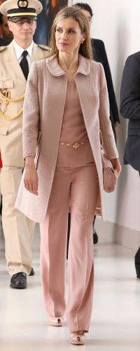 Continúa su viaje con un conjunto en rosa palo compuesto de top de seda con cinturón de cuentas, pantalones rectos y abrigo bouclette de cuello bebé de Felipe Varela.