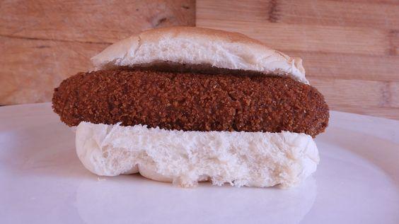 Heerlijk recept voor een zelfgemaakte kroketburger als alternatief voor een broodje kroket. Krokant van buiten en gevuld met zelfgemaakte rundvleesragout.