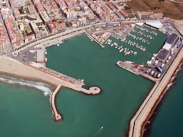 PUERTO DEPORTIVO DE BENICARLÓ - Este moderno puerto situado en pleno corazón del municipio de Benicarló, ofrece infinidad de servicios al usuario y su conveniente ubicación urbana, complementa el amplio abanico de opciones para el tiempo libre.  Lugar ideal para el invernaje de embarcaciones.