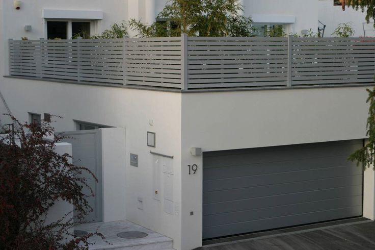 Sektionaltor Modern.  Abgestimmt auf die Architektur des Gebäudes wurde das Design des Sektionaltores, der Garten Zugangstür und der Umzäunung der Terrasse angepasst. Das Ergebnis überzeugt.  Wir beraten-planen-fertigen und montieren. Service aus einer Hand.  Sprechen Sie uns an 0821-60 99 20 10