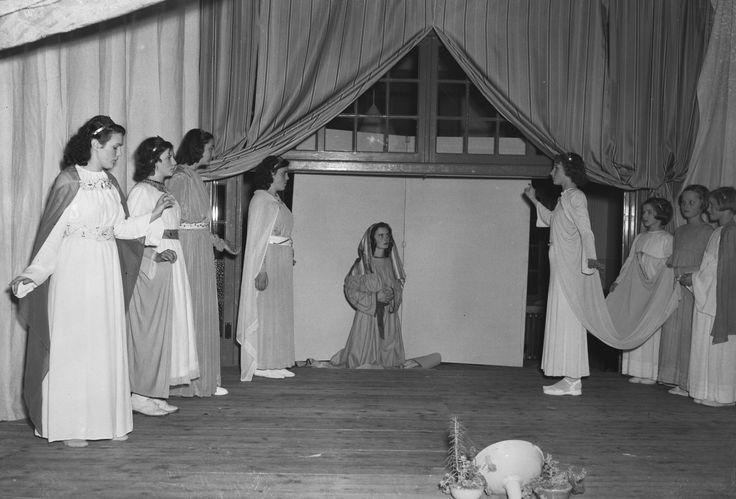 Het kerstverhaal wordt hier op Mariaoord in Vught nagespeeld in 1950